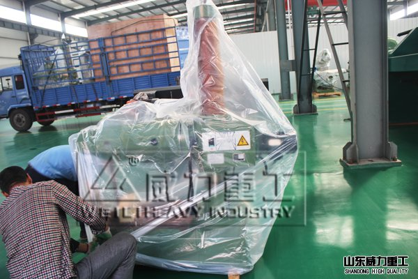 Z3132万向摇臂钻床的设计是为适应在大中型零件上完成任何角度的钻孔,铰孔,锪孔,平面及攻螺纹等工作,以及为适应钻孔前后各种平面的微量铣削。常见的Z3132万向摇臂钻床型号为:Z3132x10。该机床可用于小批量,单件生产,是机械制造行业特别是机械维修部门常用的机床之一。在对待特大工件附进或吊装在零件上进行加工。要求该机床机动灵活,节省工时,适用于重型机械,机床,内燃机,电机,船舶制造及军工行业。 山东威力重工生产的Z3132万向摇臂钻床外观造型美观大方,总体布局匀称协调。采用机械伟动,机械夹紧,机械变速